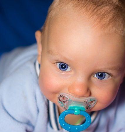 Kiedy i jak odzwyczaić dziecko od smoczka uspokajającego?